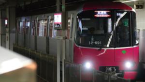 【画像】コロナ列車都営大江戸線、減便のせいで乗車率がとんでもないことにwww