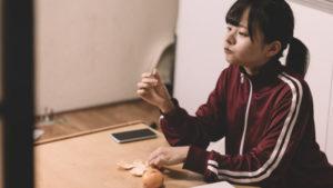 【悲報】生活保護の18歳少女の家でヤバい物が映り込む…